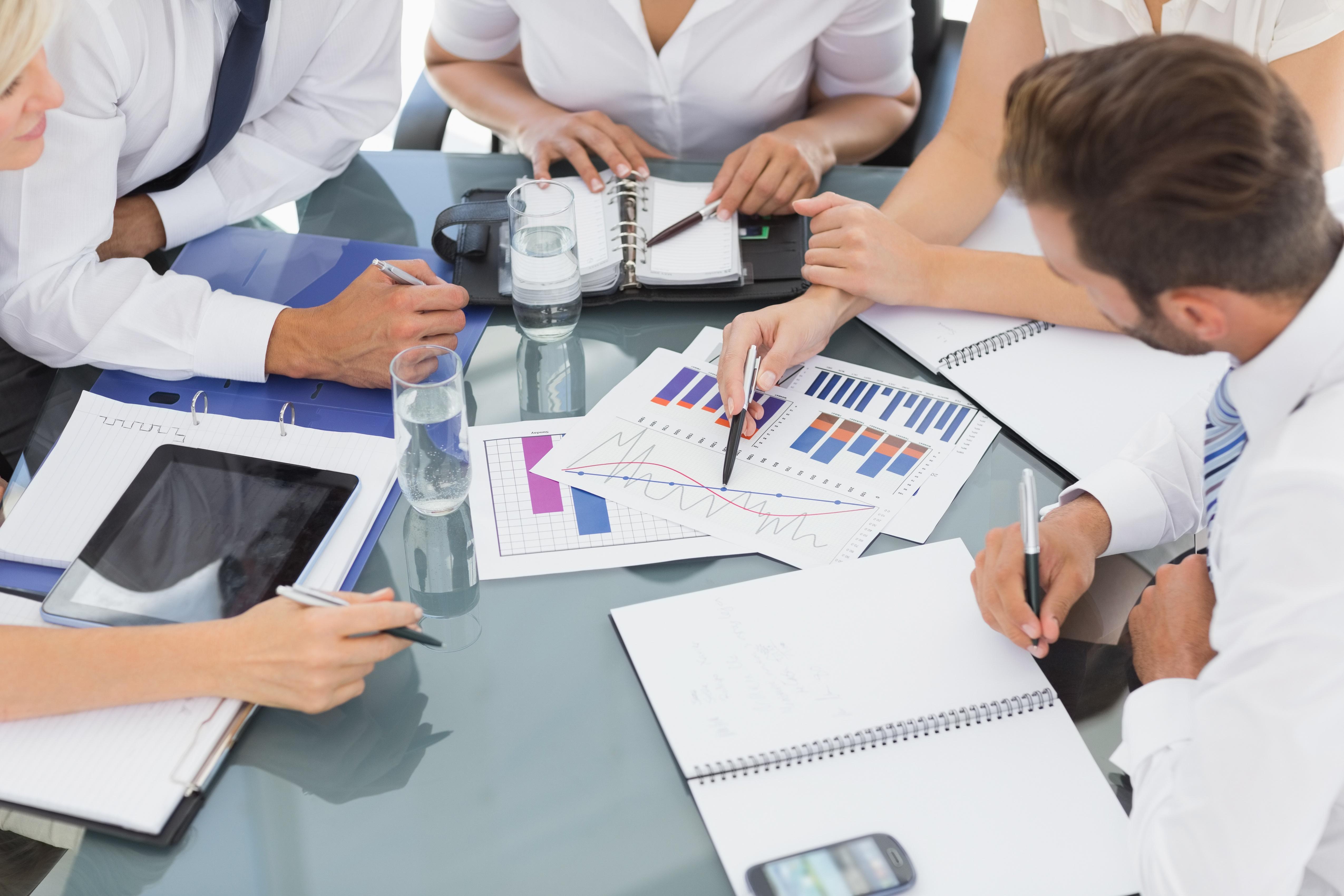 overleg_aan_tafel_met_documenten.jpg